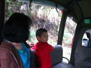 naik mobil menuju area dusun bambu